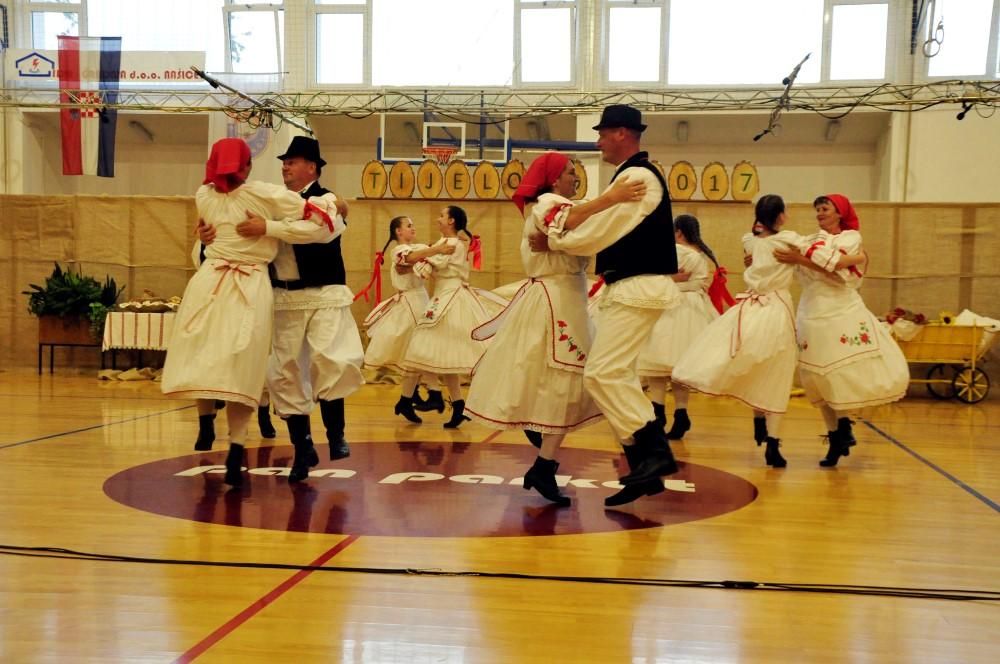Zagorski plesovi u izvedbi KUD-a ''Zagorci'' iz Beljevine