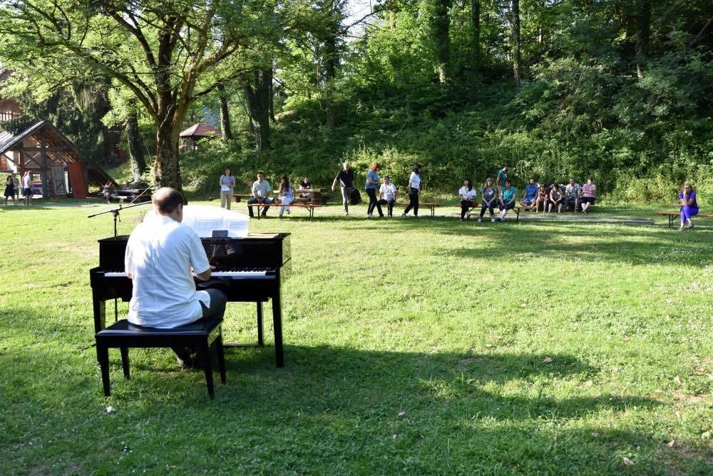 Na livadi na Jankovcu - zvuk klavira u prirodi je poseban