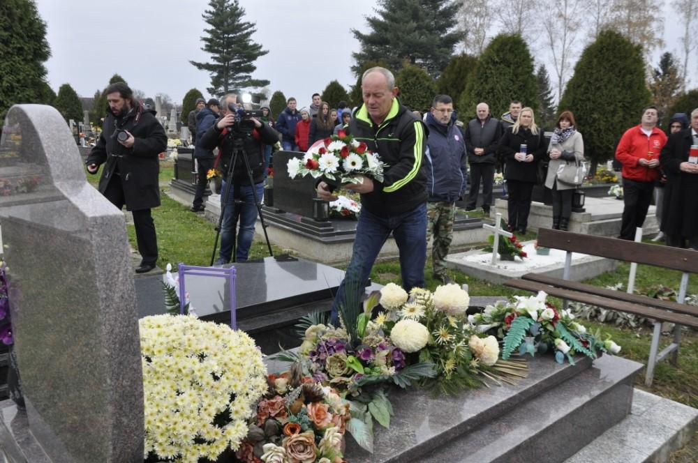 Marijan Varjacic na grobu Zeljka Majora