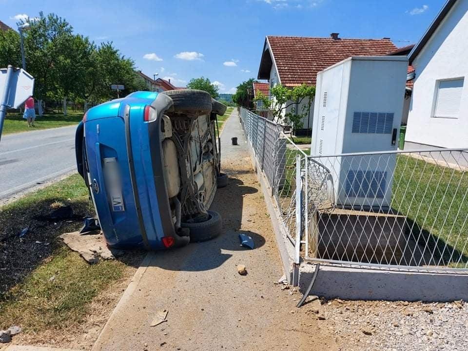 """PROMETNA NA RASKRIŽJU Uslijed udarca automobil završio na """"boku"""""""